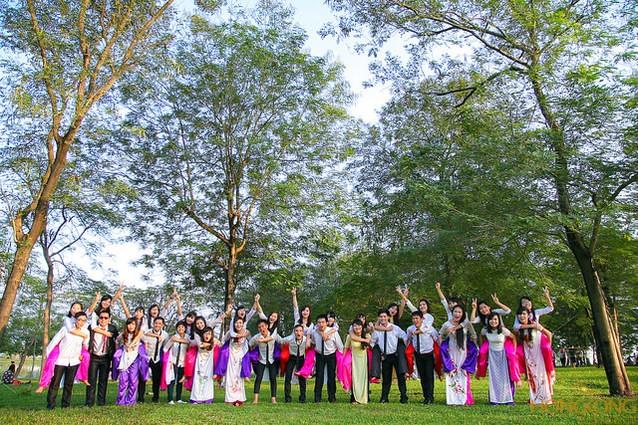 chụp ảnh kỷ yếu ở công viên Yên Sở